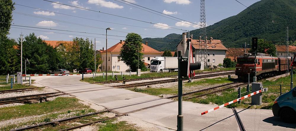 Pri železniški postaji Poljčane bo ukinjen nivojski prehod čez železniško progo. Namesto tega bosta zgrajena podvoz in podhod za dostop potnikov na peron železniške postaje.